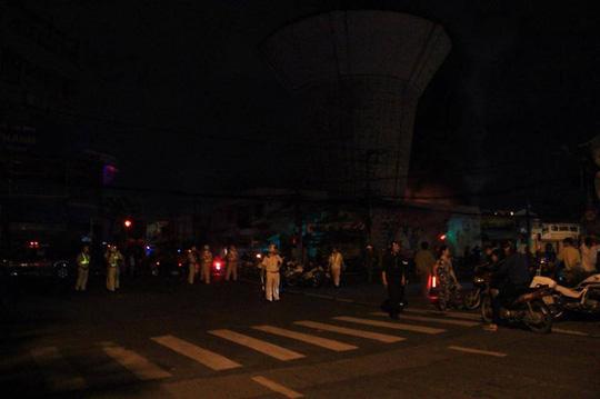 Cháy lớn trên giao lộ Hoàng Diệu- Nguyễn Tất Thành, quận 4 - 9