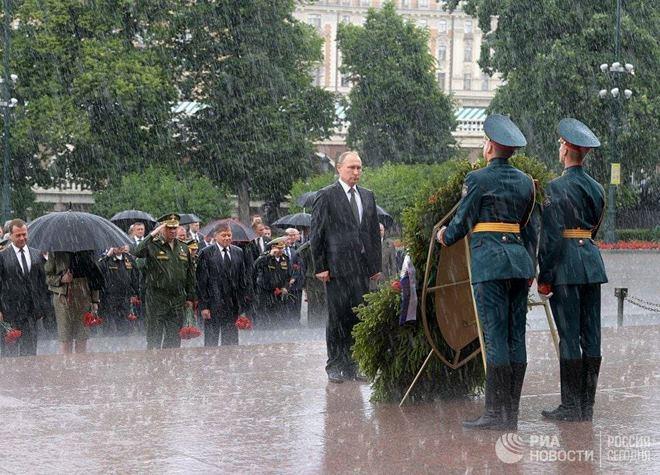 Mưa trắng trời, Putin đầu trần viếng mộ liệt sĩ vô danh - 1