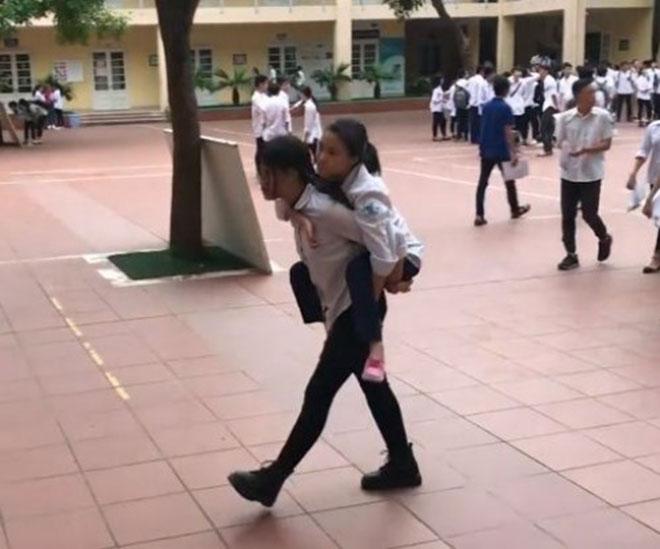Nữ sinh cõng bạn tật nguyền đi thi THPT Quốc gia gây sốt - 2