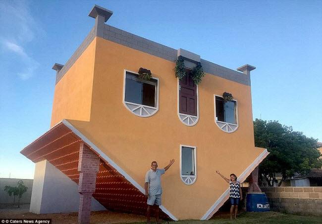 Thợ xây nghỉ hưu Valdevino Miguel da Silva ở Brazil đã tự xây dựng một ngôi nhà với mái ở dưới và nền ở trên.