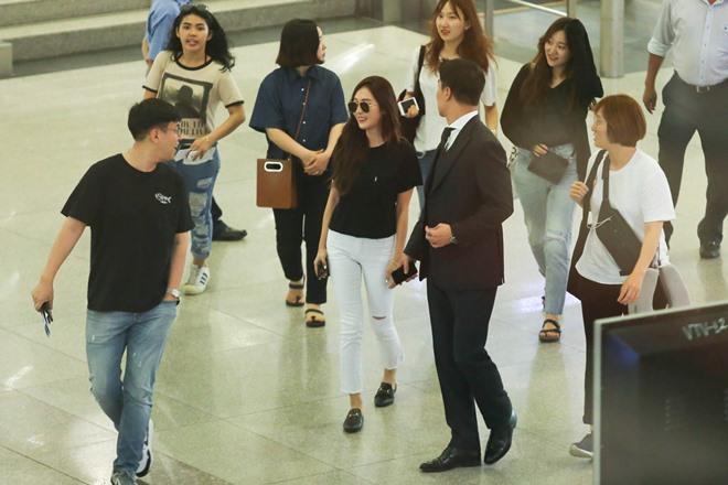 """Giữa trưa nắng, Jessica SNSD quá """"hot"""" nên khó thoát vòng vây fan Việt - 1"""