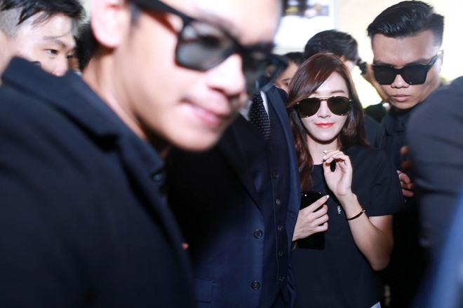 """Giữa trưa nắng, Jessica SNSD quá """"hot"""" nên khó thoát vòng vây fan Việt - 5"""