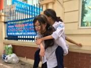 Nữ sinh cõng bạn tật nguyền đi thi THPT Quốc gia gây sốt