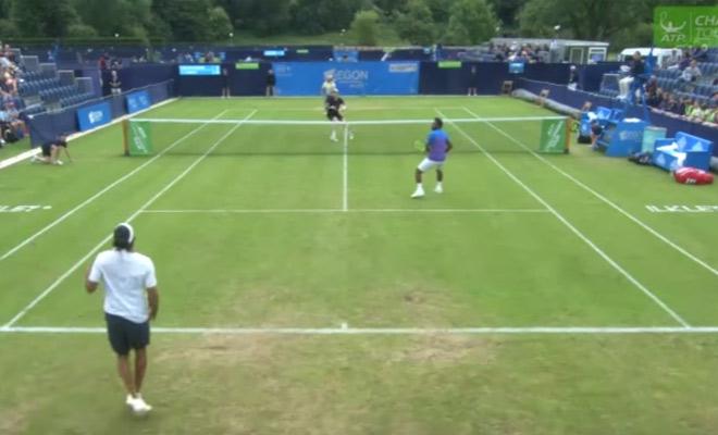 Tennis: Ngã đau đớn, tay vợt ngồi xổm ghi điểm ảo diệu - 1