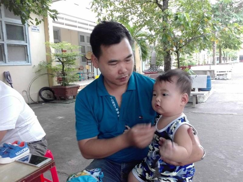 Chồng bế con 9 tháng tuổi theo vợ đi thi - 1