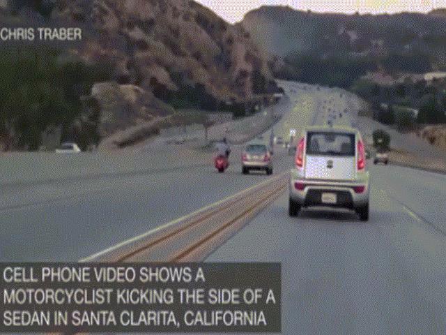 Đang đi xe máy, thò chân đá ô tô gây tai nạn liên hoàn