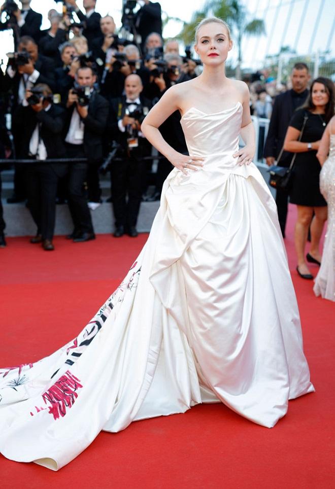 """Màn """"chuyển giới"""" của Angelina Jolie khiến fan Việt chết lặng - 11"""