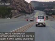 Phi thường - kỳ quặc - Đang đi xe máy, thò chân đá ô tô gây tai nạn liên hoàn