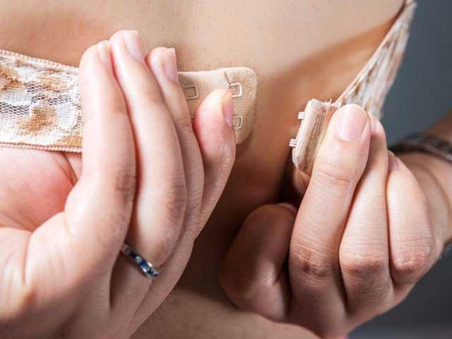 Tin vịt: Khoa học khuyến khích phụ nữ... cởi áo ngực