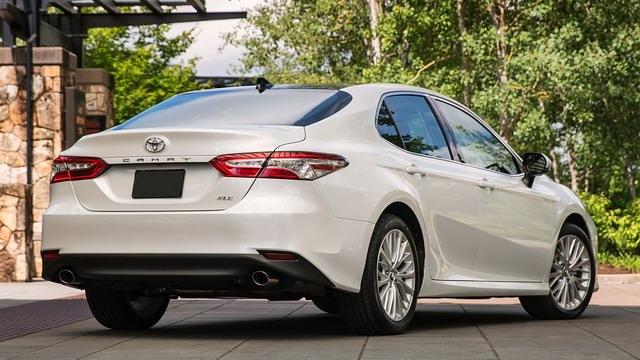 Toyota Camry 2018 giá cao nhất chỉ 794 triệu đồng - 2