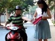 Một giáo viên  phục  trước ngân hàng để cướp
