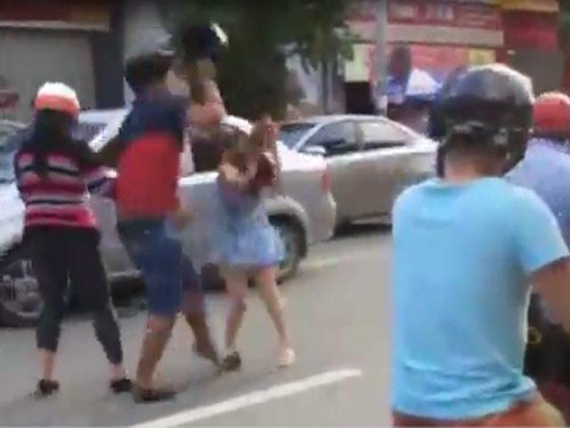 Clip: Va chạm xe, thanh niên cầm MBH đập đầu cô gái giữa phố
