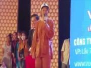 Ca nhạc - MTV - Phản ứng bất ngờ của Hoài Linh khi bị khán giả chọi đá trên sân khấu