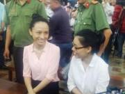 Phương Nga và Thùy Dung cười tươi khi rời trại tạm giam