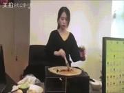 """Bạn trẻ - Cuộc sống - Thánh nữ công sở nướng bánh bằng cây máy tính siêu """"lầy"""""""