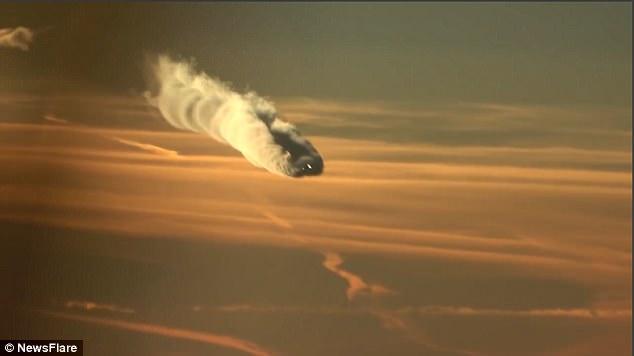 """Video: Máy bay """"xé"""" mây kì ảo chưa từng thấy trên trời - 1"""