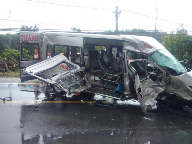 Hai xe khách đối đầu cực mạnh, 14 người thương vong