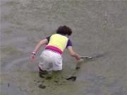Thể thao - Hy hữu: Con cáu ném đồ, mẹ lội bùn đi nhặt rồi... ném trả lại