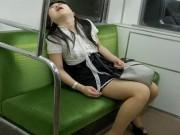 """Tranh vui - Tư thế ngủ """"không cần quy củ"""" nơi công cộng"""