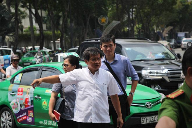 Ông Đoàn Ngọc Hải chạy bộ đuổi theo xe tải phóng ngược chiều trên phố