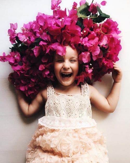 Bé gái 4 tuổi gây sốt vì chế đồ và mặc giống hệt sao - 12