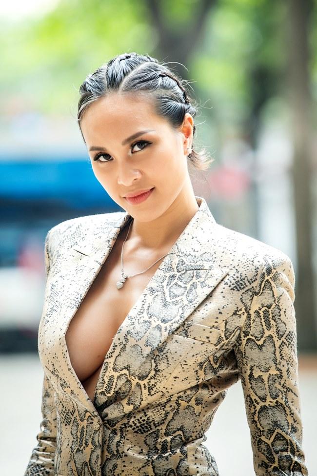 Phương Mai, Nhã Phương và loạt sao Việt lúng túng lấy tay che váy áo - 1