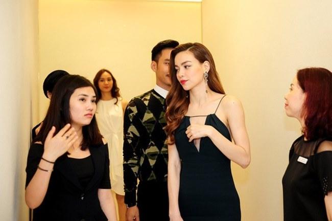 Phương Mai, Nhã Phương và loạt sao Việt lúng túng lấy tay che váy áo - 8