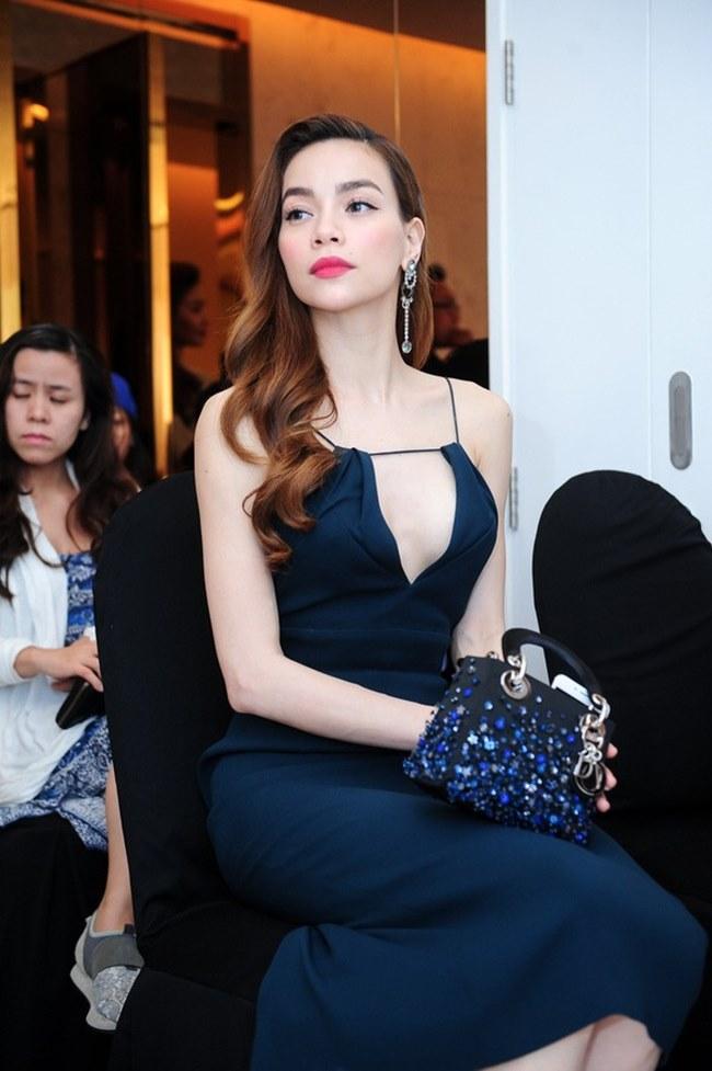 Phương Mai, Nhã Phương và loạt sao Việt lúng túng lấy tay che váy áo - 9