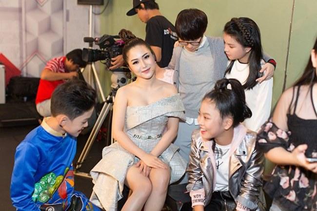Phương Mai, Nhã Phương và loạt sao Việt lúng túng lấy tay che váy áo - 6