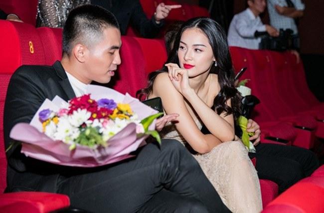 Phương Mai, Nhã Phương và loạt sao Việt lúng túng lấy tay che váy áo - 13