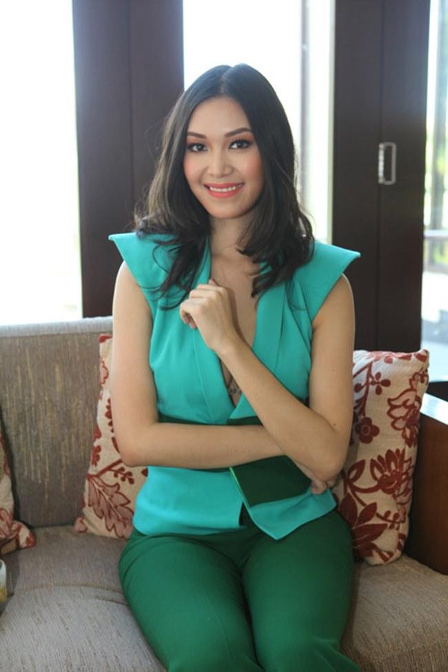 Phương Mai, Nhã Phương và loạt sao Việt lúng túng lấy tay che váy áo - 14