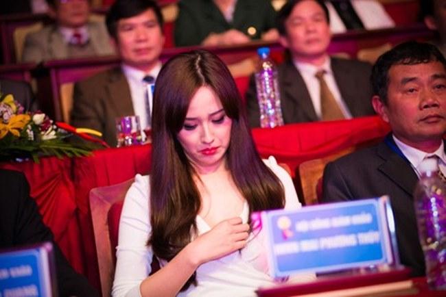 Phương Mai, Nhã Phương và loạt sao Việt lúng túng lấy tay che váy áo - 12