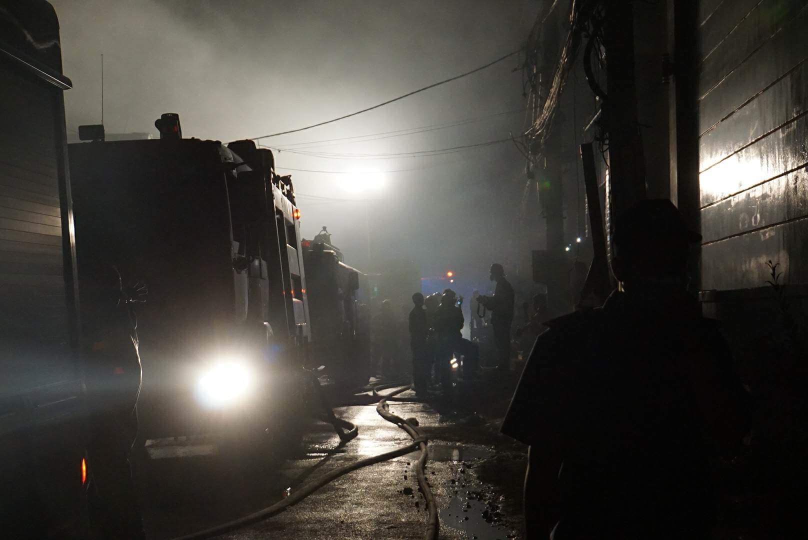 Hàng trăm lính cứu hỏa vật lộn với đám cháy xưởng bánh kẹo rộng gần 2.000m2 - 3