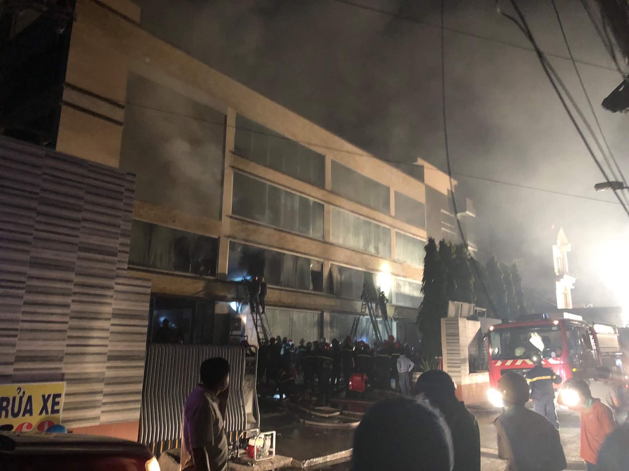 Hàng trăm lính cứu hỏa vật lộn với đám cháy xưởng bánh kẹo rộng gần 2.000m2 - 1