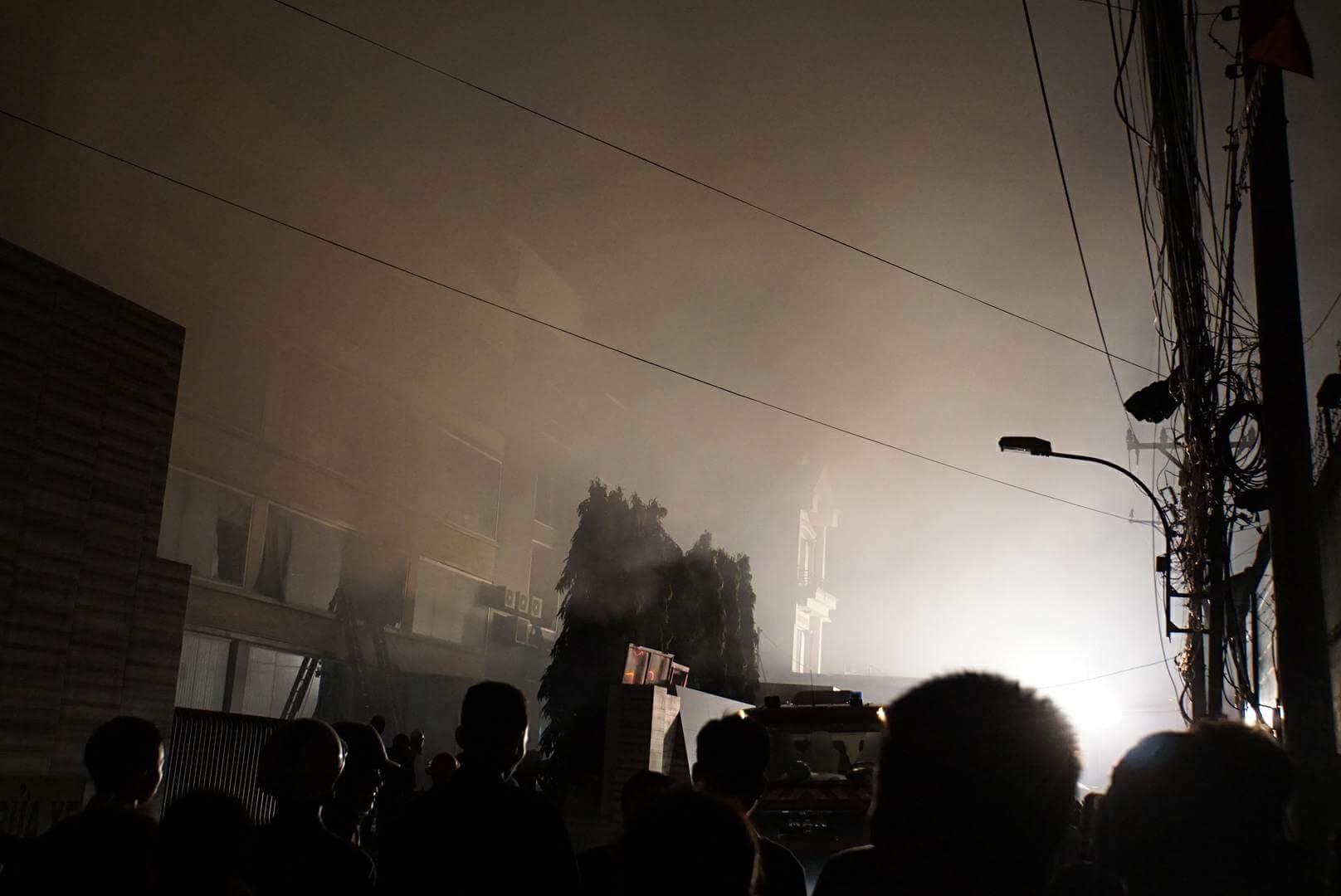 Hàng trăm lính cứu hỏa vật lộn với đám cháy xưởng bánh kẹo rộng gần 2.000m2 - 2