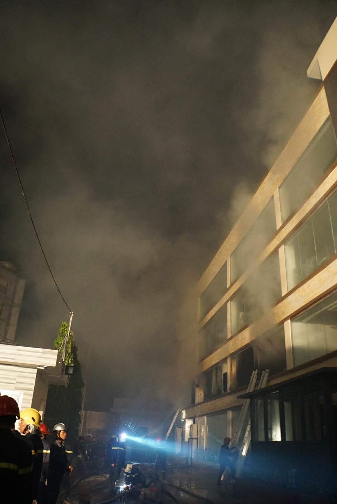 Hàng trăm lính cứu hỏa vật lộn với đám cháy xưởng bánh kẹo rộng gần 2.000m2 - 4