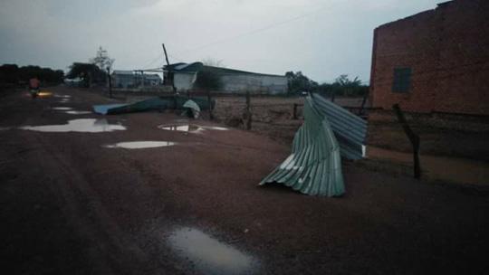 Mưa đá, lốc xoáy khiến hàng trăm ngôi nhà sập, nhiều người bị thương - 2