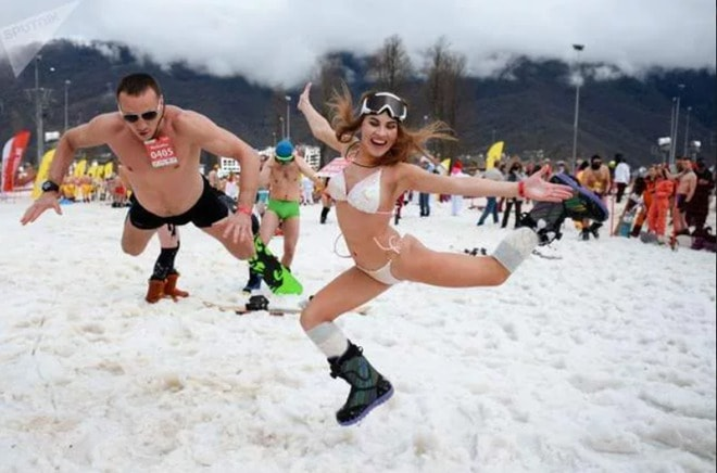 Ngàn gái đẹp diện bikini nóng bỏng trong lễ hội trượt tuyết tại Nga - 2