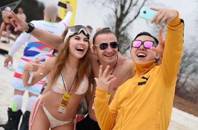 Ngàn gái đẹp diện bikini nóng bỏng trong lễ hội trượt tuyết tại Nga - 11