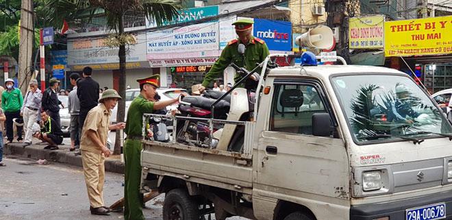 Tai nạn liên hoàn ở cổng BV Bạch Mai, bé 8 tuổi tử vong - 4