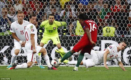 Người hùng Bồ Đào Nha phá 2 kỷ lục, hay nhất trận - 1