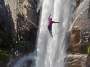 Du lịch - Thót tim cô gái tập yoga trên sợi dây cạnh thác nước