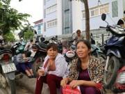 Bạn trẻ - Cuộc sống - Bố mẹ mang cặp lồng cơm chờ con thi tốt nghiệp