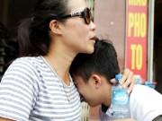Tin tức trong ngày - Làm tốt môn Toán, sĩ tử vẫn khóc nức nở trên vai mẹ