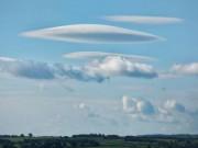 """Phi thường - kỳ quặc - Một loạt mây """"đĩa bay"""" che phủ bầu trời Anh"""