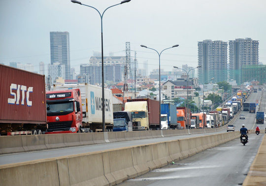 """TPHCM: Cầu Phú Mỹ """"tê liệt"""" vì 2 ô tô """"nằm vạ"""" - 3"""