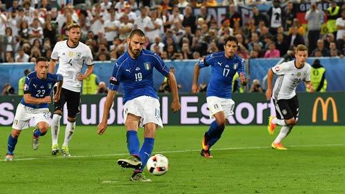 """Loạt """"đấu súng"""" căng đến rụng tim Đức – Italia"""