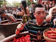 Phi thường - kỳ quặc - TQ: Người đàn ông ăn một lúc hết 47 quả ớt cay xé