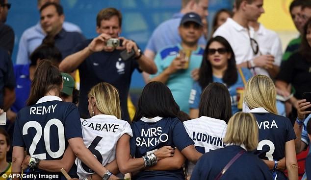 Vợ cầu thủ Pháp Sagna giản dị vẫn tỏa sáng trên khán đài - 2