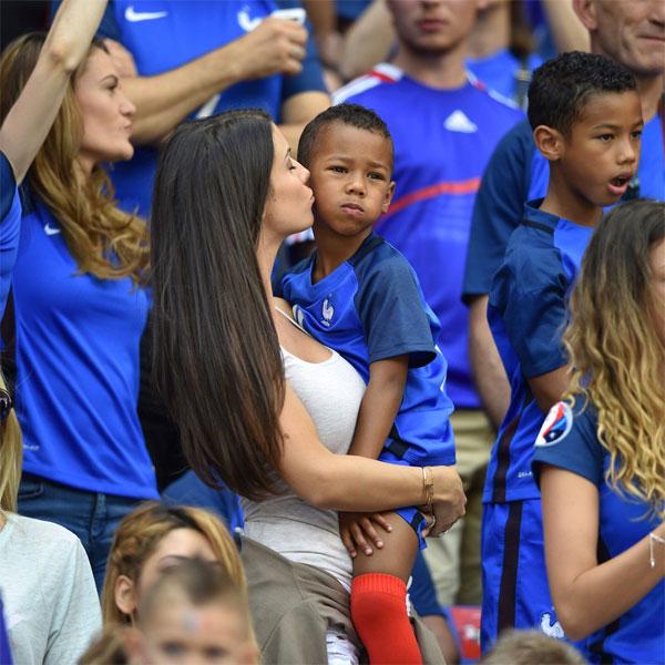 Vợ cầu thủ Pháp Sagna giản dị vẫn tỏa sáng trên khán đài - 5